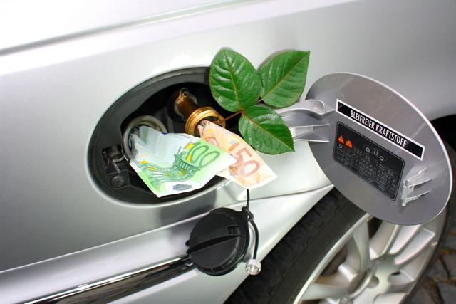 Hohe Kraftstoffpreise belasten die private Haushaltskasse. Mit einem Öko-Tuning lässt sich der Verbrauch des eigenen Autos um bis zu 20 Prozent reduzieren. - Foto: djd/CVC Tuning
