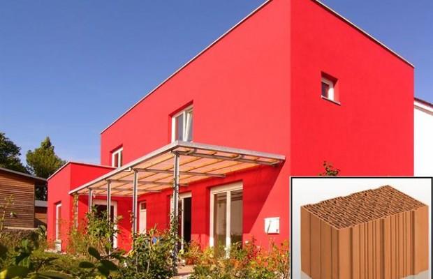 Monolithisches Haus mit hoher Energieeffizienz: Die massive Ziegelbauweise macht eine zusätzliche Dämmung der Außenwände überflüssig. - Foto: djd/Unipor