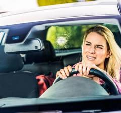 Gerade bei ungünstigen Sichtverhältnissen stellen Steinschläge und Kratzer in der Frontscheibe ein hohes Sicherheitsrisiko dar. - Foto: djd/Zentralverband Deutsches Kraftfahrzeuggewerbe e. V./ T.Volz
